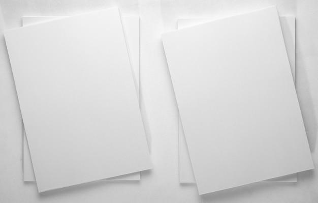 ミニマリズム。オフィス用紙のスタックの平面図