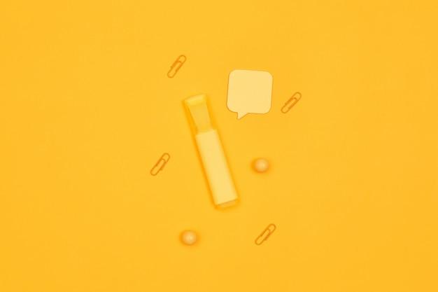 Минимализм желтый маркер на желтом фоне