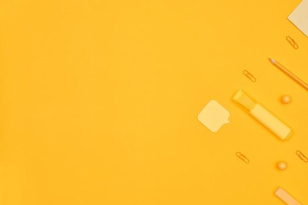 Минимализм желтые канцелярские товары на желтом фоне
