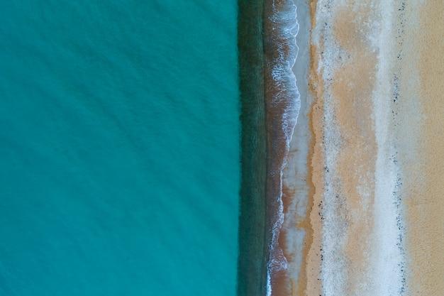Минималистичный воздушный пейзаж. бирюзовая вода и песчаный пляж с копией пространства