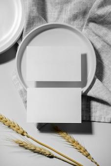 Disposizione minimalista di biglietti da visita in bianco