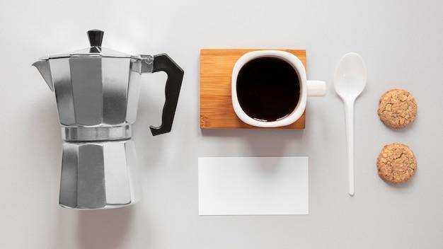 Минималистичное расположение элементов брендинга кофе
