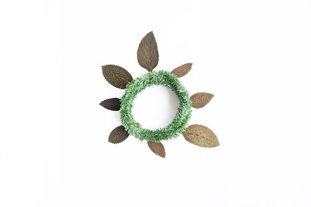 미니멀한 가을 컨셉입니다. 말린 잎, 흰 종이 배경에 고립 된 크란 화환
