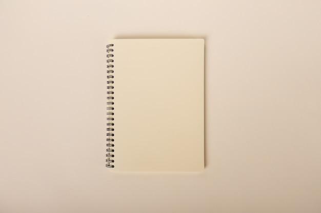 ベージュの背景にミニマリストベージュのノートブック上面図教育用品学校の科目高q .. ..