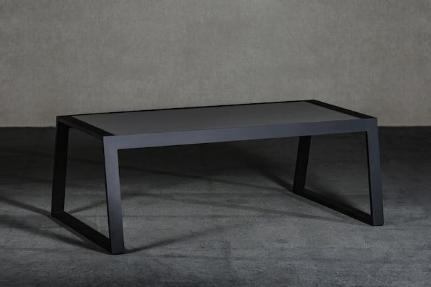Минималистичный черный журнальный столик в комнате под светом