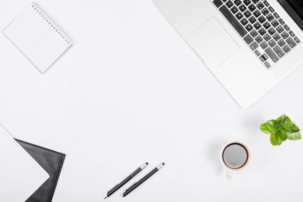 コピースペースと白い背景のシンプルなビジネスアレンジ