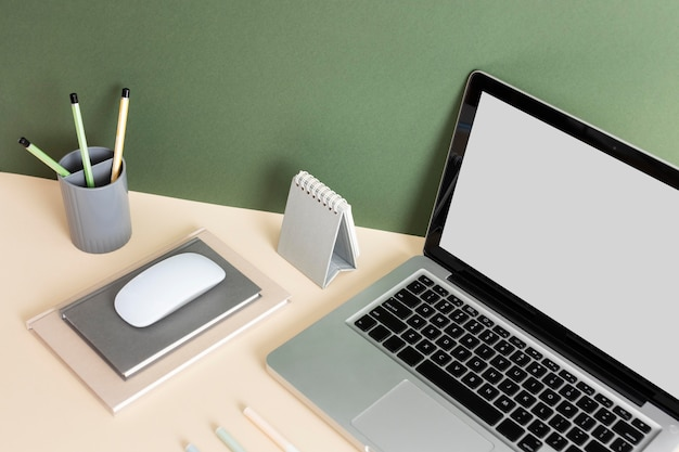 Минималистский ассортимент бизнес-столов под высоким углом