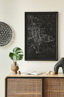 黒のモックアップポスターマップ、木製の便器、黒の丸い装飾、花瓶の葉、エレガントなパーソナルアクセサリーを備えたリビングルームのインテリアのミニマリスト構成。レンプレート。