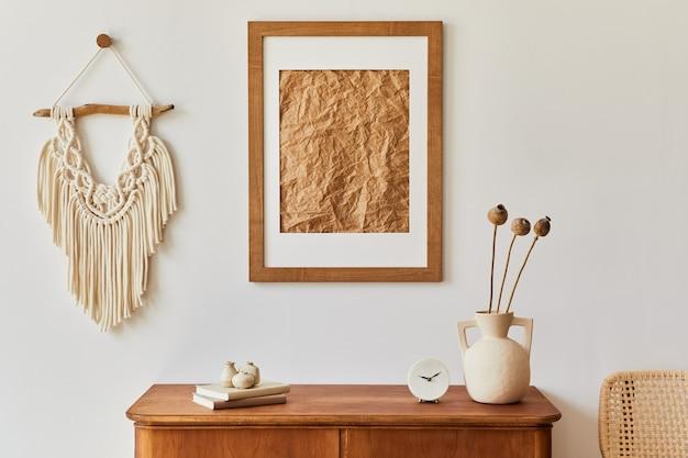 茶色のモックアップ額縁、植物、レトロな便器、装飾、スタイリッシュな家の装飾のエレガントなパーソナルアクセサリーを備えたリビングルームのミニマリスト構成。レンプレート。