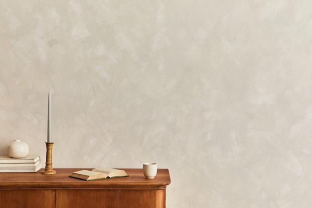 Минималистичная композиция гостиной с деревянным комодом, настольной лампой, сушеным цветком в вазе, книгой, украшением и элегантными личными аксессуарами в стильном домашнем декоре. шаблон. скопируйте пространство.
