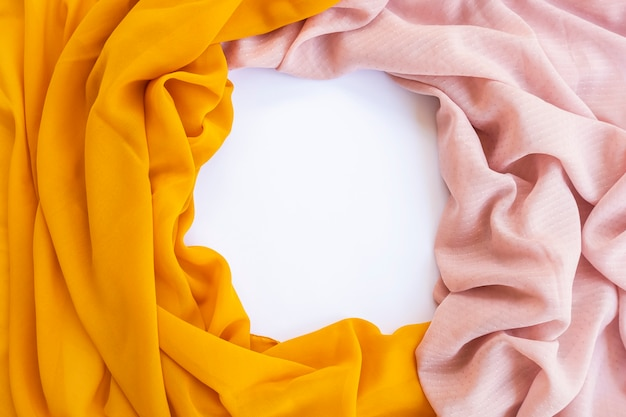 Минималистическая концепция. коричневый шарф и желтый шарф на белом фоне. осень, осенняя концепция. плоская планировка, вид сверху, копия пространства