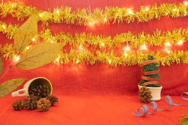 Минималистская идея концепции отображения продуктов. рождество и новый год фон. красный, огни, сосновый цветок
