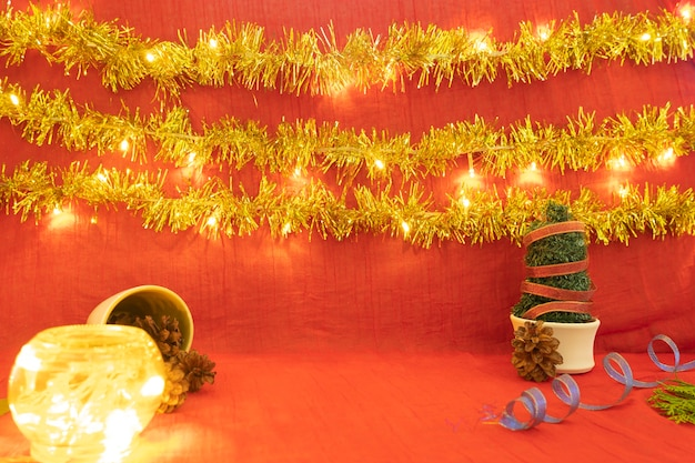 Идея минималистской концепции отображения продуктов. рождество и новый год фон. красный, огни, сосновый цветок