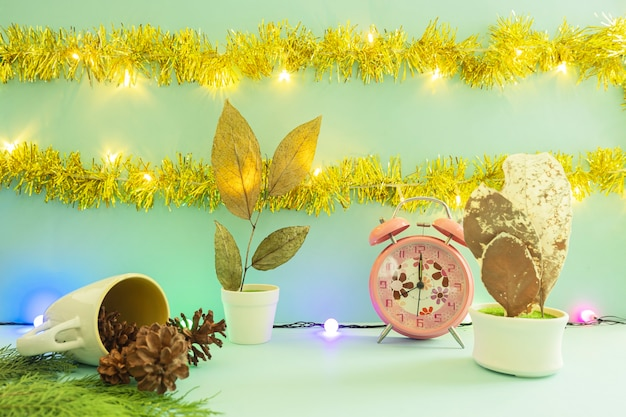 製品を表示するミニマリストのコンセプトアイデア。クリスマスと新年の背景に化粧品のボトル。松の花、ランプ