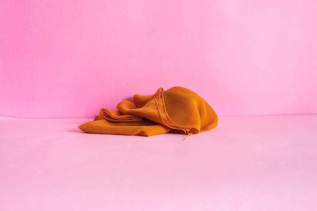 미니멀리즘 개념 아이디어입니다. 분홍색 배경에 스카프