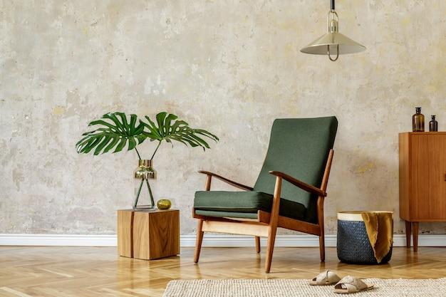복고풍 안락 의자, 펜던트 램프, 나무 옷장, 꽃병에 열대 잎, 나무 큐브, 카펫, 바구니 및 현대 가정 장식의 우아한 액세서리가있는 홈 인테리어의 미니멀리스트 개념.