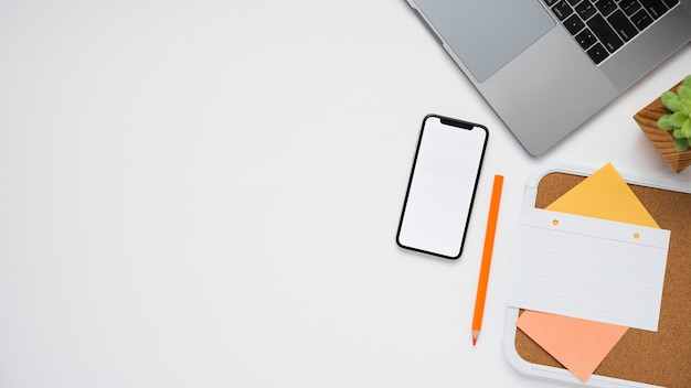 Scrivania minimalista con spazio per laptop e copia