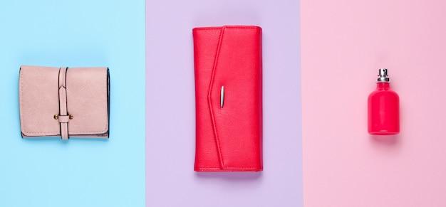 シンプルなファッション。レディースファッションアクセサリー。革製の財布、財布、香水瓶。上面図
