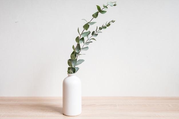 Минималистичный домашний декор с макетом пустой рамки на белом фоне стены