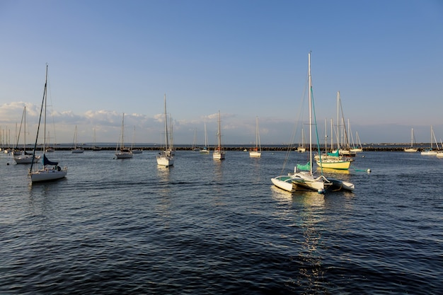 Минималистский пейзаж с лодками в красивом порту гавани на берегу океана