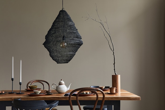 나무 패밀리 테이블, 디자인 복고풍 의자, 커피 한잔, 장식, pedant 램프 및 세련된 가정 장식의 개인 액세서리가있는 식당 인테리어의 미니멀리스트 소박한 개념. 주형.