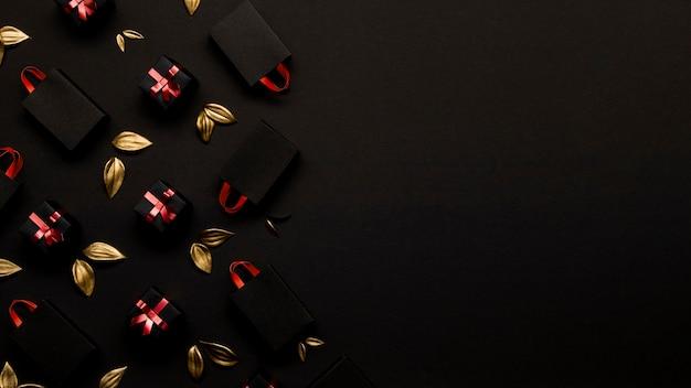 シンプルなショッピングバッグと黄金の葉