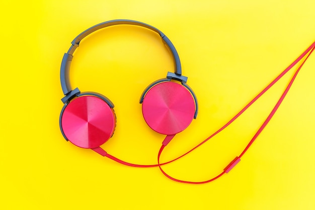 노란색 테이블에 이어폰의 미니멀리스트 간단한 사진