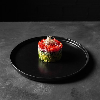 Insalata vegetariana minimalista di forma rotonda