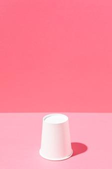 Spazio minimalista della copia della tazza di cartone bianco
