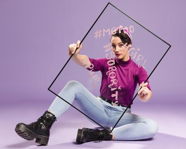 Минималистская женщина, держащая прозрачное стекло