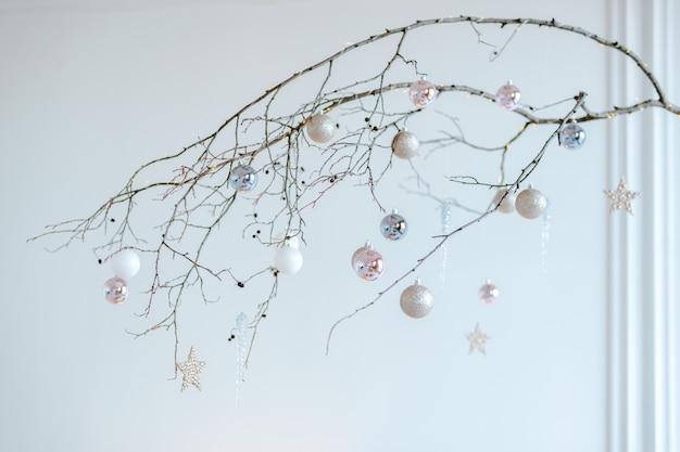 크리스마스 홈 반짝 공 및 싸구려 매달려 미니멀 나무 스틱 배열