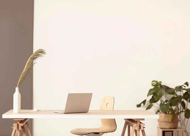 ノートパソコンと植物のあるミニマリストの職場