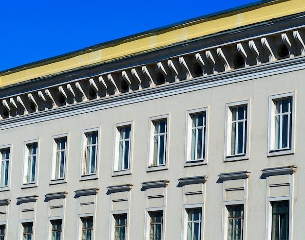 대각선 지붕 배경의 미니멀리즘 건축