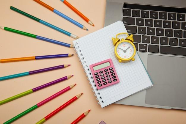 ミニマル、学校教育コンセプトに戻って、ピンクのバックボードに文房具を供給