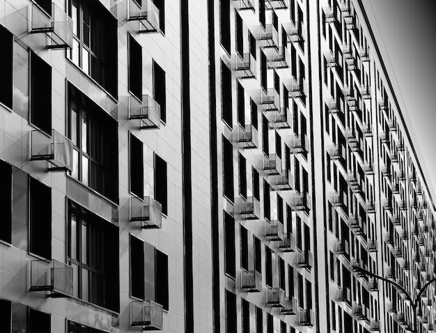 複数のバルコニーを備えたミニマルな黒と白の建物