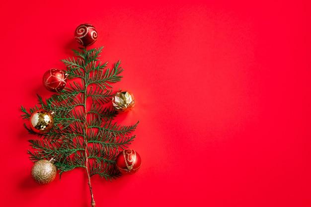 빨간색 배경에 최소한의 크리스마스 트리입니다. 텍스트를 놓습니다.
