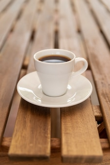 Минималистичный кофе на деревянный стол