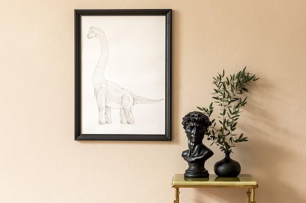 黒のモックアップポスターフレーム、緑の大理石のコーヒーテーブル、花瓶の花と彫刻を備えたリビングルームのインテリアのミニマルな構成。ベージュの壁。スタイリッシュな家の装飾。テンプレート。