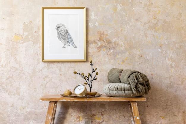 골드 프레임, 나무 벤치, 골드 시계, 격자 무늬, 베개 및 현대 가정 장식의 우아한 개인 액세서리가있는 거실 인테리어의 미니멀리즘 구성.