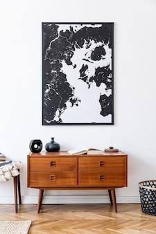 추상 회화, 나무 복고풍 옷장, 발판, 등나무 바구니 및 우아한 개인 액세서리가있는 거실의 미니멀리즘 구성. 빈티지 홈 장식.