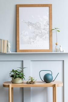 모의 포스터, 디자인 콘솔, 식물, 책, 장식, 목재 패널 및 세련된 가정 장식의 우아한 개인용 액세서리가 있는 거실의 최소한의 구성.