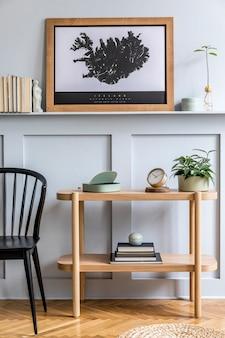 포스터 프레임, 디자인 의자, 나무 콘솔, 식물, 책, 장식, 나무 패널 및 세련된 가정 장식의 우아한 persoanl 액세서리를 모의로 거실의 미니멀리즘 구성.
