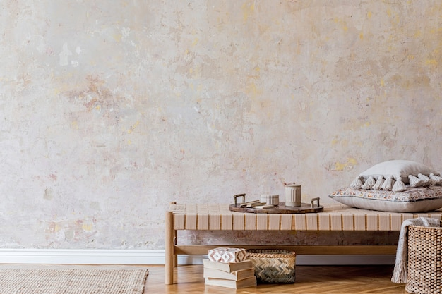 Минималистичная композиция восточной гостиной с шезлонгом, мебелью, подушками, пледом, книгой, декором, копировальным пространством и элегантными личными аксессуарами в домашнем декоре.