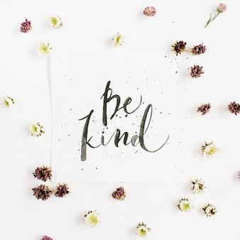 書道風に書かれた「bekind」という言葉を使ったミニマルな構成