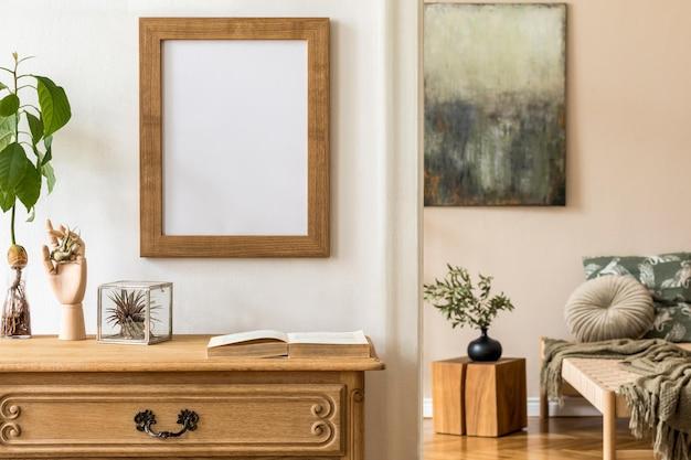 Минималистичная композиция с деревянным винтажным комодом, коричневым макетом фоторамки, авокадо, растением, элегантными личными аксессуарами в стильной гостиной.