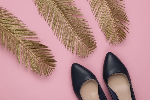 ミニマルなファッションの静物黄金のヤシの葉が付いたクラシックなヒールの靴