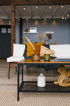 枕とソファの背景にコーヒーテーブルのミニマルな家の装飾。スカンジナビアの家のスタイル。