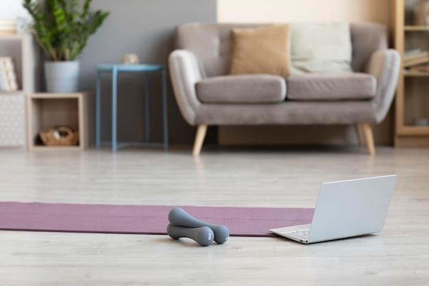 바닥에 요가 매트가있는 미니멀리즘 인테리어 디자인
