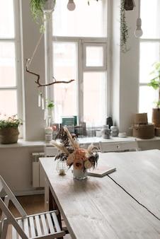 ミニマルなインテリア。モダンな部屋のデザイン。木製のテーブル。木の質感