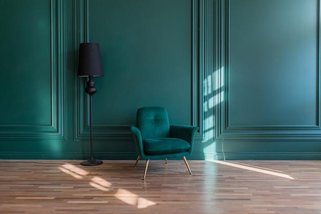 Минималистичный интерьер гостиной комнаты в классическом стиле с copyspace. зеленая гипсовая стена украшена молдингами, диваном и торшером на деревянном полу.